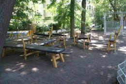 10_Gruenes_Klassenzimmer_-_Bank-Tisch-Sitzecken