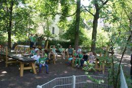 11_Gruenes_Klassenzimmer_-_Bank-Tisch-Sitzecken