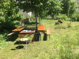 45a_Gruenes_Klassenzimmer_Bank-Tisch-Sitzecke